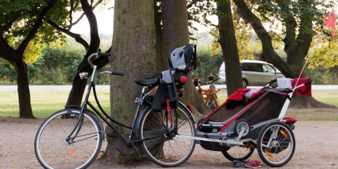 Rowerem z dzieckiem – bezpiecznie i zgodnie z prawem