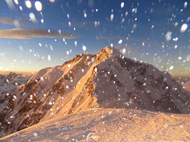 wiatr-zawiewa-sniegiem-w-obozie-iii-7050-m-na-kanczendzondze-fot-alex-txikon