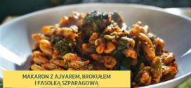 Makaron z ajvarem, brokułem i fasolką szparagową