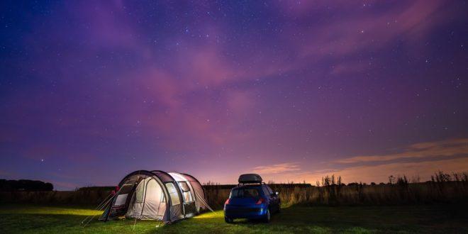 Samochodem na urlop – wybieramy lampkę do auta