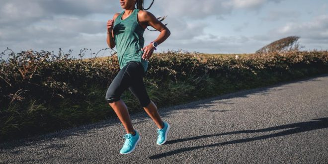 Jak wygrać z upałem podczas biegania? Sposoby na bezpieczny trening latem