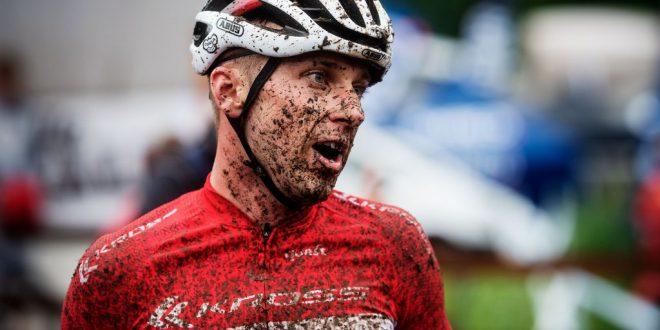 Ondrej Cink pokonuje mistrza świata w wyścigu short track race. Zawodnik Kross Racing Team 4. w zawodach Pucharu Świata