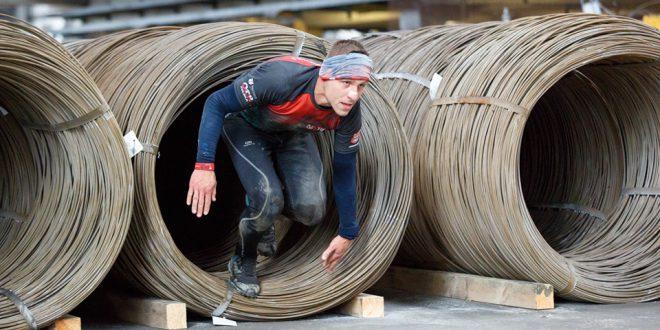 Zmagania uczestników 3. edycji Przeszkodowego Biegu Hutnika w chłodnej aurze