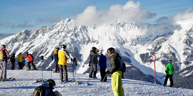 Na ferie zimowe w góry czy do ciepłych krajów? Wilk radzi, jak się przygotować na zimowy wyjazd